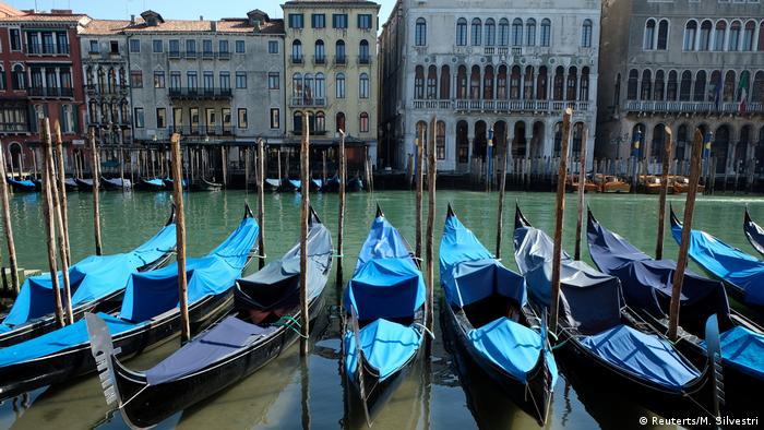 Canais com águas cristalinas em Veneza