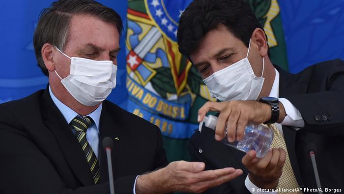 Bolsonaro y Mandetta, aplicando medidas de protección e higiene.