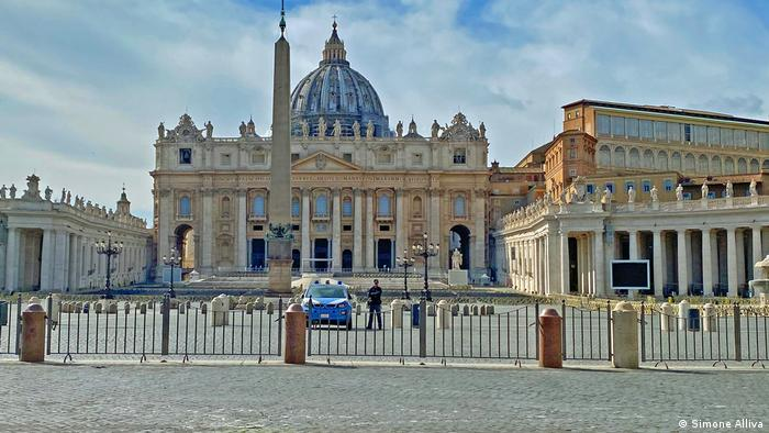 An empty St. Peter's Square (Simone Alliva)