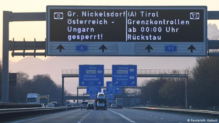Carteles con anuncios de controles en la frontera germano-austríaca.