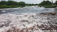 ARCHIV - 12.07.2018, Indien, Edulabad: Im Musi-Fluss im südindischen Ort Edulabad bildet sich Schaum im Wasser. In der nahe gelegenen Metropole Hyderabad werden Antibiotika und andere Medikamente für den Export unter anderem nach Europa hergestellt. Abwässer der Pharmafabriken gelangen in den Fluss. Foto: Nick Kaiser/dpa +++ dpa-Bildfunk +++ | Verwendung weltweit