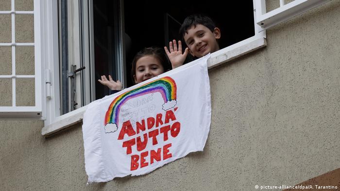 Crianças em janela de Roma, na Itália