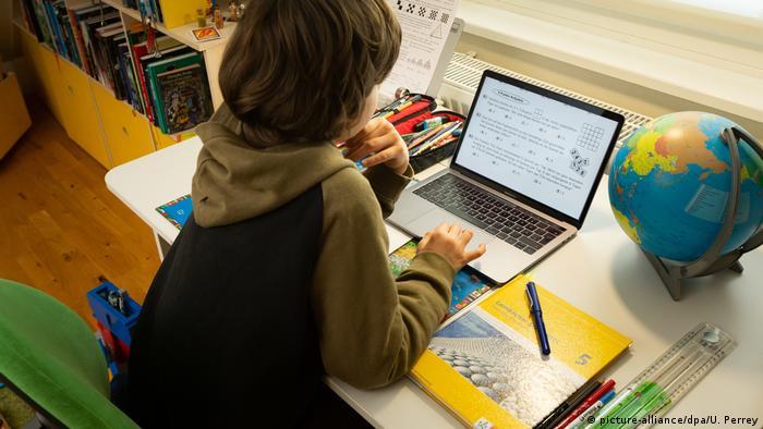 طفل يتعلم بواسطة برامج التعلم عن بعد بسبب أزمة كورونا بتاريخ 16 مارس/ آذار 2020