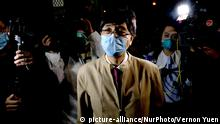 Journalists are seen surrounding Professors Yuen Kwok Yung as he leaves Heng Tai House in Fu Heng Estate where two people living in the building was diagnosed with the Covid-19 on March 14, 2020 in Hong Kong, China. The Coronavirus or Covid-19 which originated from Wuhan China have infected over 120,000 and killed 4617 worldwide, The World Health Organization (WHO) has declared the Covid-19 to be an Outbreak, the government have decided to evacuate some residents in Heng Tai House after two resident tested positive for the Covid-19. (Photo by Vernon Yuen/NurPhoto) | Keine Weitergabe an Wiederverkäufer.
