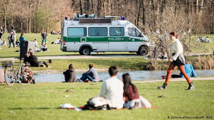 Police patrolling in Munich's English Garden (picture-alliance/dpa/M. Balk)