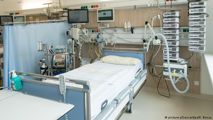 Ліжко у відділенні інтенсивної терапії у клініці в Дрездені