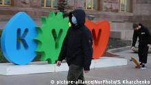 A man wearing a face mask walks past a tourist sign in Kyiv, Ukraine on March 18, 2020. Authorities imposed a state of emergency in Kyiv city and Kyiv region due to the spread of coronavirus. (Photo by Sergii Kharchenko/NurPhoto) | Keine Weitergabe an Wiederverkäufer.