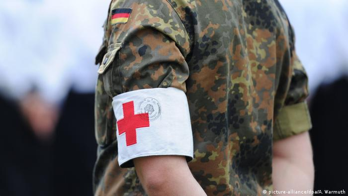 A German soldier with a red cross armband (picture-alliance/dpa/A. Warmuth)