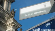 Deutschland Berliner Mauerweg vor dem Reichstag in Berlin