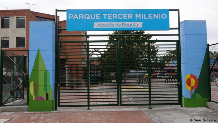 Entrada cerrada al parque Tercer Milenio en Bogotá.