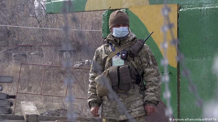 Ukraine Corona-Krise auch in der Ostukraine (picture-alliance/dpa/AP/APTN)