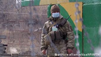 Украинский солдат в защитной маске