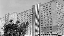 Das Gebäude des Ministeriums für Staatssicherheit der DDR von der Frankuirter Alle aus gesehen. Aufnahme vom 24.09.1985. | Verwendung weltweit