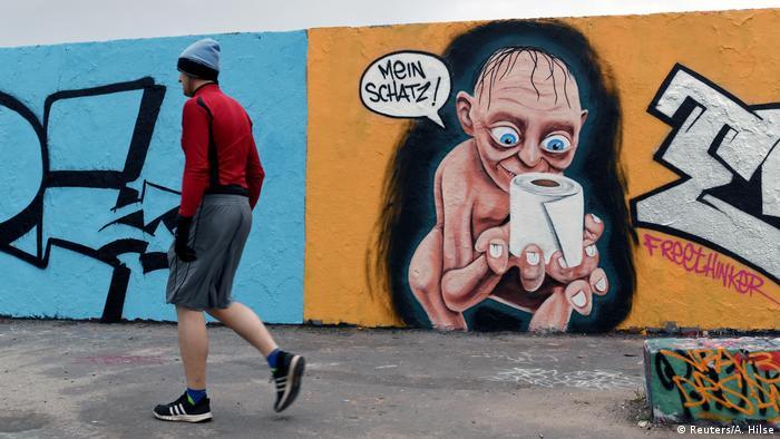 BdTD Coronavirus Mauerpark in Berlin Graffito Gollum mit Klopapier (Reuters/A. Hilse)