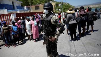 Foto de soldado haitiano con mascarilla