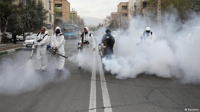 Добровольцы проводят дезинфекцию улиц иранских городов