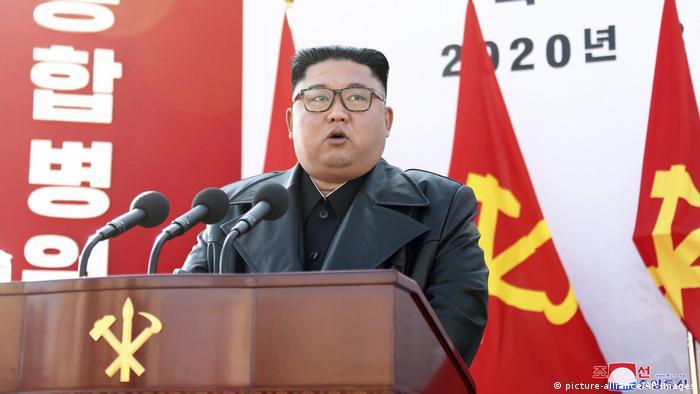 Kim Jong-un discursa num púlpito