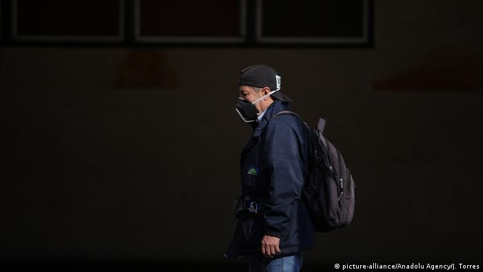 Kolumbien Bogota | Coronavirus | Mensch mit Atemschutz (picture-alliance/Anadolu Agency/J. Torres)