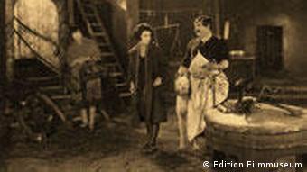 Metzger mit zwei jungen Frauen - aus Die freudlose Gasse