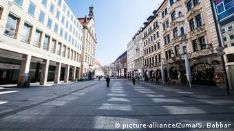 Одна из полупустынных улиц Мюнхена во время эпидемии коронавируса SARS-CoV-2