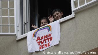 В условиях карантина, обусловленного пандемией коронавируса, итальянцы поддерживают друг друга, переговариваясь через балконы