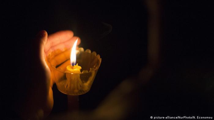 Foto simbólica de un farol con vela
