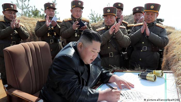 Südkorea: Nordkorea feuert erneut Raketen ab (picture-alliance/dpa/KCNA)