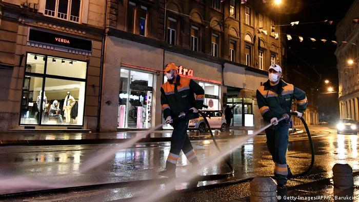 Bosnien und Herzegowina | Straße in Sarajevo wird desinfiziert (Getty Images/AFP/E. Barukcic)