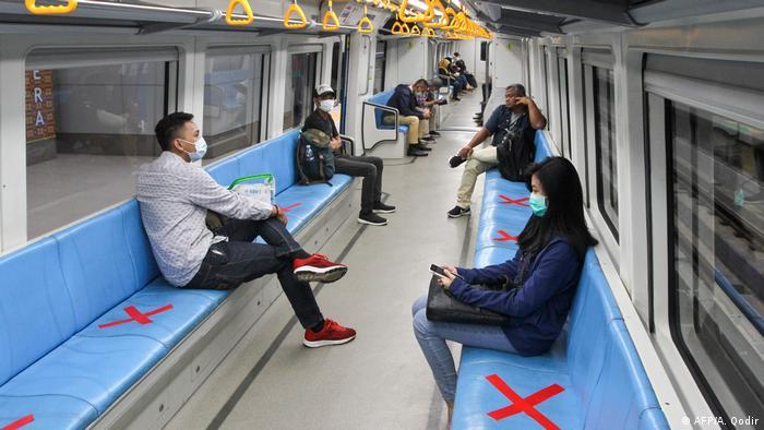 Coronavirus in Indonesien Sumatra Menschen im Zug