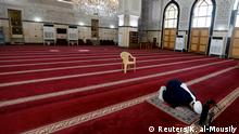 Coronavirus in Irak Bagdad Geistlicher betet in leerer Moschee
