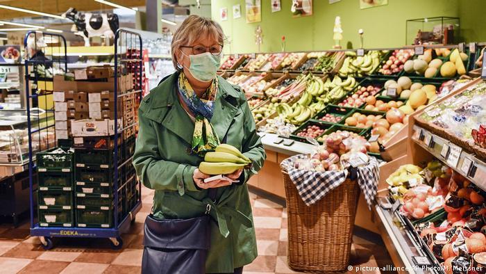 Coronavirus in Deutschland Bergisch Gladbach Supermarkt morgens nur für Senioren geöffnet (picture-alliance/AP Photo/M. Meissner)