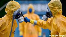 Coronavirus in Brasilien Belo Horizonte Feuerwehr-Männer in Schutzanzügen