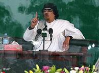 Kadafi  discursou por trás de vidro à prova de balas.
