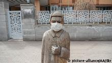 TABRIZ, IRAN - MARCH 21: A statue with mask is seen at empty street as preventative measures are taken against coronavirus (COVID-19) pandemic in Tabriz, Iran on March 21, 2020. Stringer / Anadolu Agency | Keine Weitergabe an Wiederverkäufer.