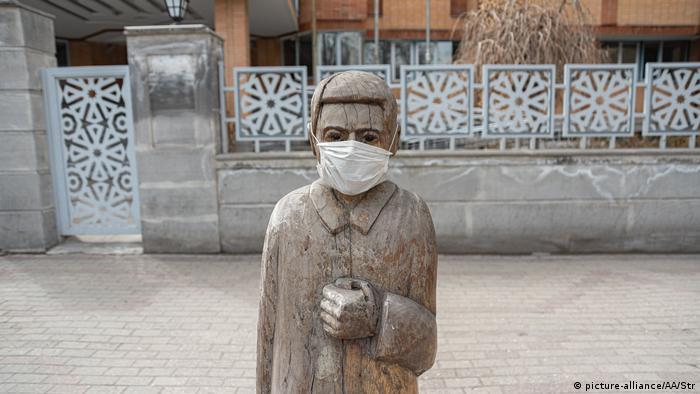 Bloßer Humor oder doch eine ernste Warnung? Eine mit Schutzmaske versehene Statue in der iranischen Stadt Täbris (Foto: picture-alliance/AA/Str)