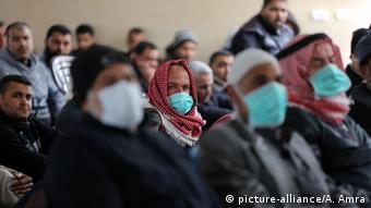 Foto de personas en Gaza con mascarillas