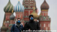 21.03.2020, Russland, Moskau: MOSCOW, RUSSIA - MARCH 21, 2020: A young couple in respirators walk in Red Square near St Basil's Cathedral. As of 21 March 2020, Russia has confirmed more than 250 cases of the novel coronavirus, with more than 130 cases in Moscow. Sergei Savostyanov/TASS Foto: Sergei Savostyanov/TASS/dpa |