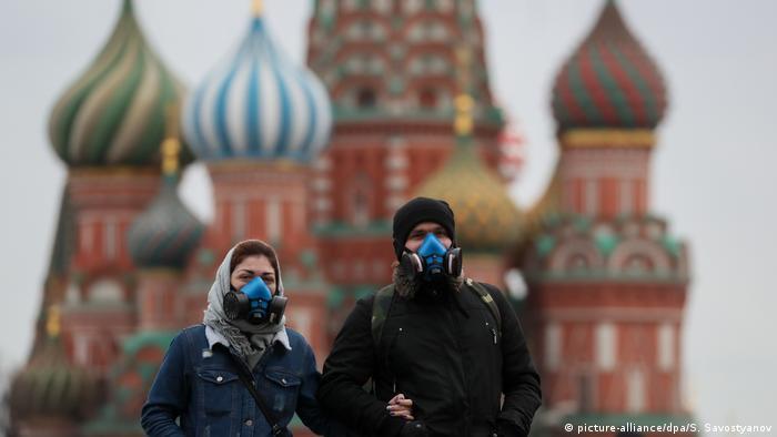 Люди в масках на Красной площади в Москве