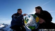 Kurt Scheidl und Werner Boote mit giftigem Plastiplanet***Das Bild darf nur im Rahmen einer Filmbesprechung genutzt werden