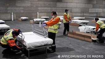 Подготовка дополнительных больничных коек в выставочном центре Мадрида