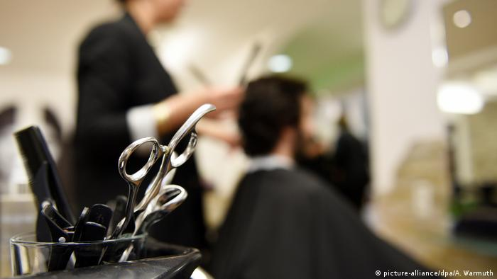 Deutschland Coronavirus Kontaktverbot | Friseure müssen geschlossen bleiben (picture-alliance/dpa/A. Warmuth)