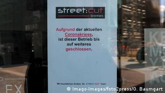 Deutschland Coronavirus Kontaktverbot | Friseure müssen geschlossen bleiben (Imago-Images/foto2press/O. Baumgart)