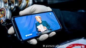 Ангела Меркель на экране смартфона
