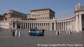 Полиция на пустой площади Святого Петра в Ватикане