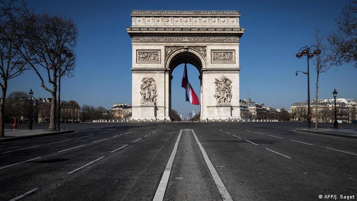 Las calles alrededor del mundialmente conocido Arco del Triunfo de París se ven vacías por el confinamiento (19.03.2020)
