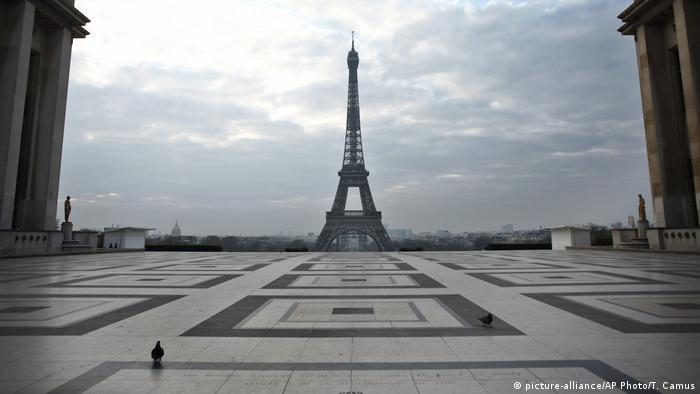 Praça da Torre Eifel completamente vazia