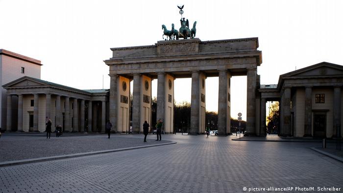 Portão de Brandemburgo, em Berlim, esvaziado