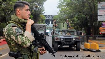 Militares de armas na fronteira do Paraguai com o Brasil