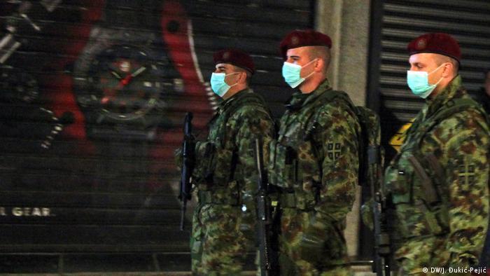 Osim što čuvaju kliničke centre i bolnice, vojnici noću prolaze pešačkom zonom. Jedan pored drugog hodaju svojom maršrutom. Društvo im prave psi lutalice. Navikli su na ljude tokom dana, pa društvo traže i u vreme policijskog časa.