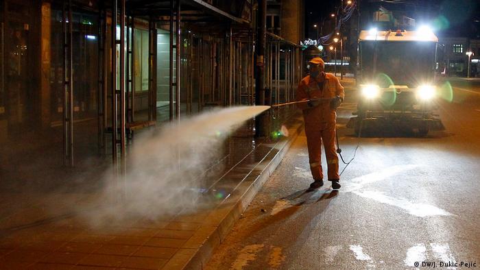 Osim organa reda, sa prozora mogu se videti i radnici gradske čistoće kako čiste ulice. Sve je zamrlo, a tokom noći radi još samo dežurna apoteka u centru grada.